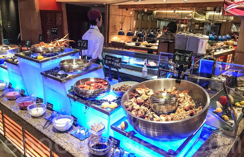海鮮區的麵包蟹、東風螺、龍蝦鉗、翡翠螺。