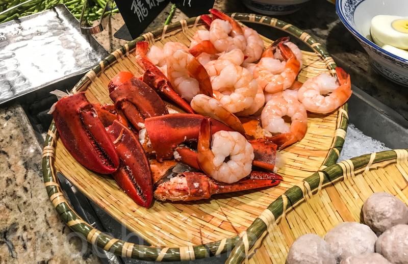 麵的配料除了普遍的丸類,還有蝦仁和龍蝦鉗。