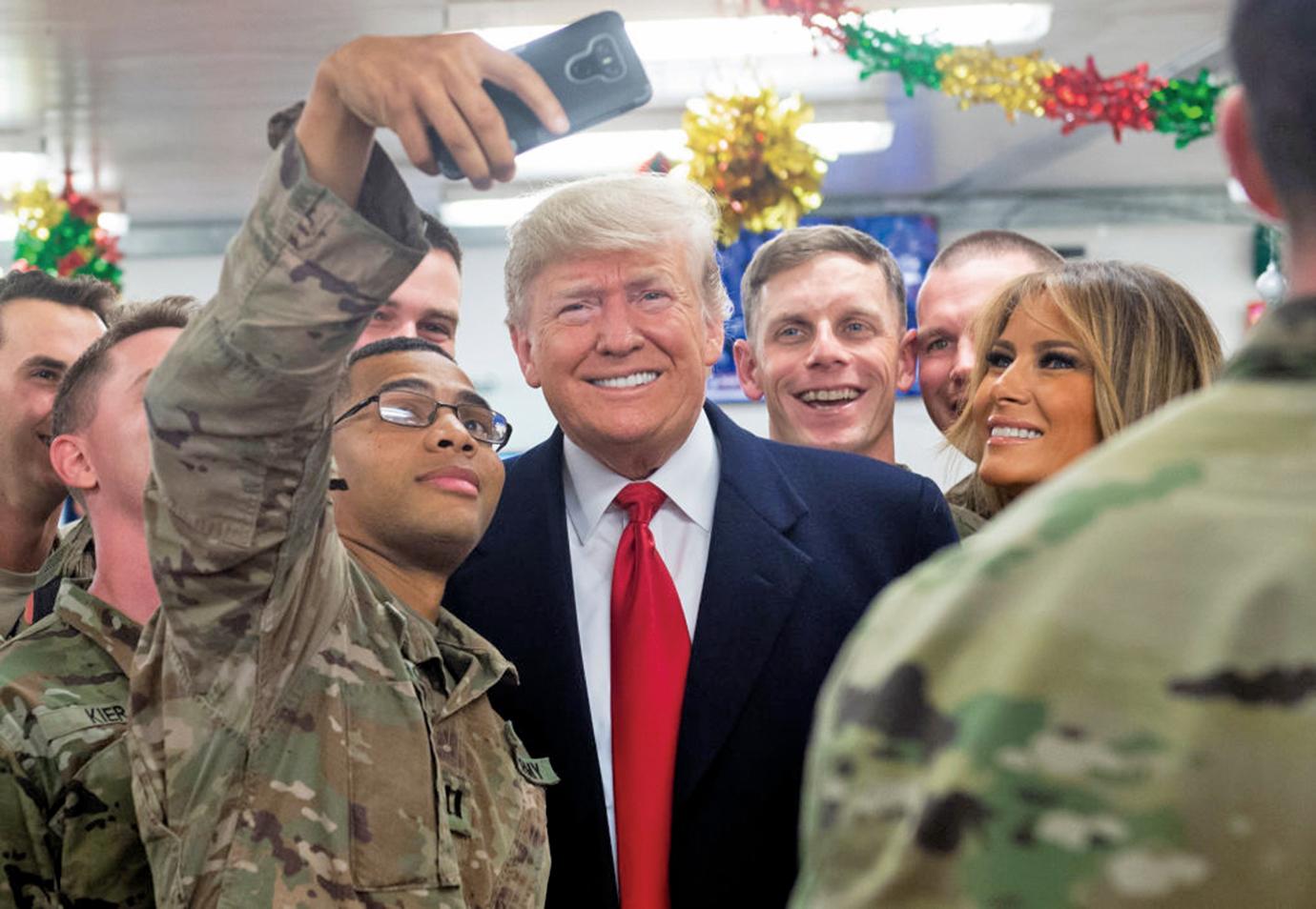 12月26日,川普總統與第一夫人梅拉尼婭(Melania Trump)到阿薩德空軍基地(Al-Asad Air Base)慰問駐伊拉克美軍。(AFP)