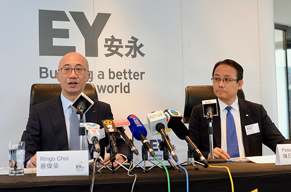 (左起)安永亞太區上市服務主管合夥人蔡偉榮和香港科技、媒體及通訊行業審計服務主管陳日輝。(宋碧龍/大紀元)