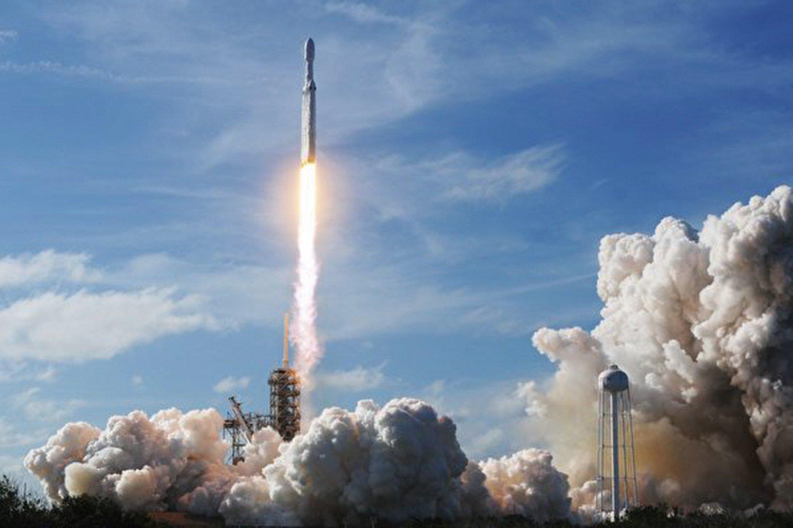 美國智囊哈德遜研究所的專家凱利(Sean Kelly)撰文警告說,中共試圖藉由投資滲透美國太空產業。圖為2018年2月6日,美國SpaceX公司在佛羅里達州發射火箭上太空。(Getty Images)