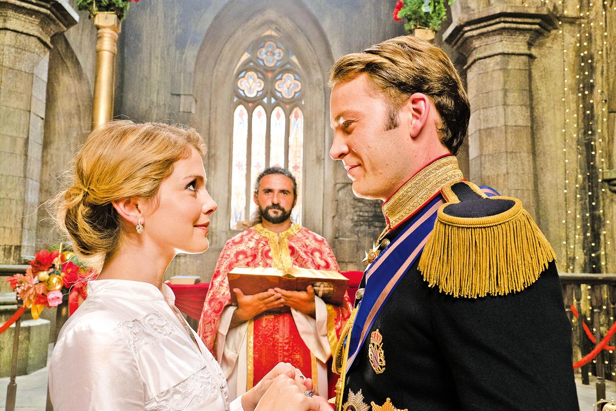 安柏與理查的婚禮是本片結尾的關鍵戲碼,王室對安柏做了些讓步,簡化了繁文縟節、融入了親民元素,但婚禮的風格仍以傳統色彩為主軸,在美國與歐洲的文化間取得了平衡。