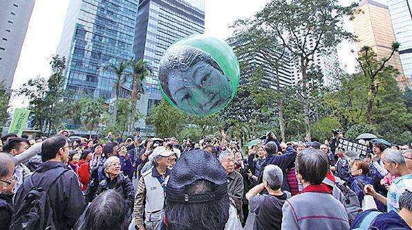 上周日的守護廉潔法治遊行,市民拋起有鄭若驊頭像的巨型「西瓜波」。(大紀元資料圖片)