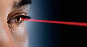 研究:人人潛意識都相信「目光如電」