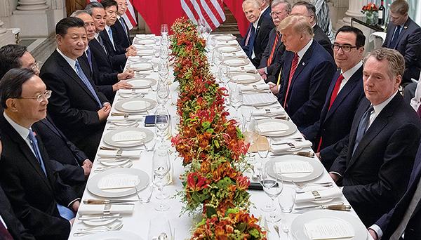 12月29日,特朗普(右三)發推文表示,他與習近平(左三)通電話,進行了很長時間且非常好的討論,中美雙方的談判「正在取得重大進展」。圖為12 月1 日在阿根廷,習特會決定貿易戰休戰90天。(SAUL LOEB /AFP)