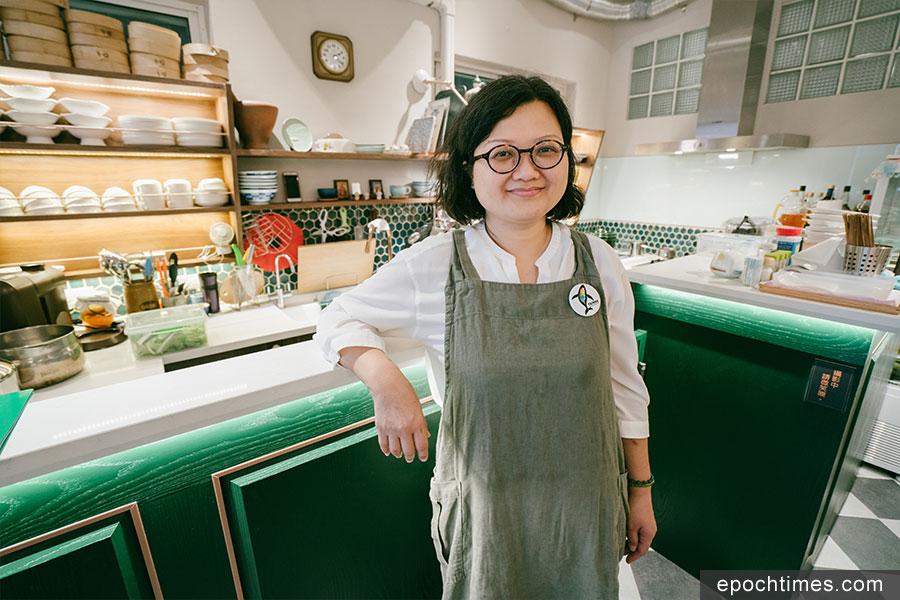 移民台灣的香港人鍾慧沁,盼透過獨自經營的小店「蝸篆居」,將好能量散播出去。(古樂/大紀元)