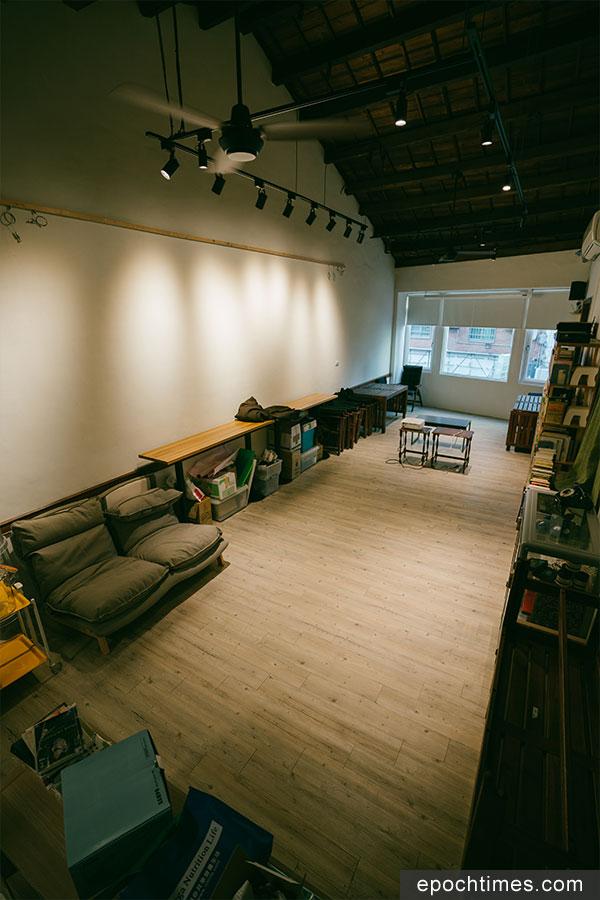 位於「蝸篆居」二樓的開放文化空間,不定期舉辦放映會、分享會等文化交流活動。(古樂/大紀元)