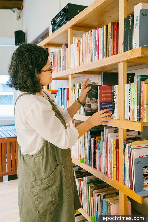 慧沁從事生命教育出版工作幾十年,愛書的她在位於「蝸篆居」二樓的書架上也擺滿了自己喜愛的書,與客人共享。(古樂/大紀元)