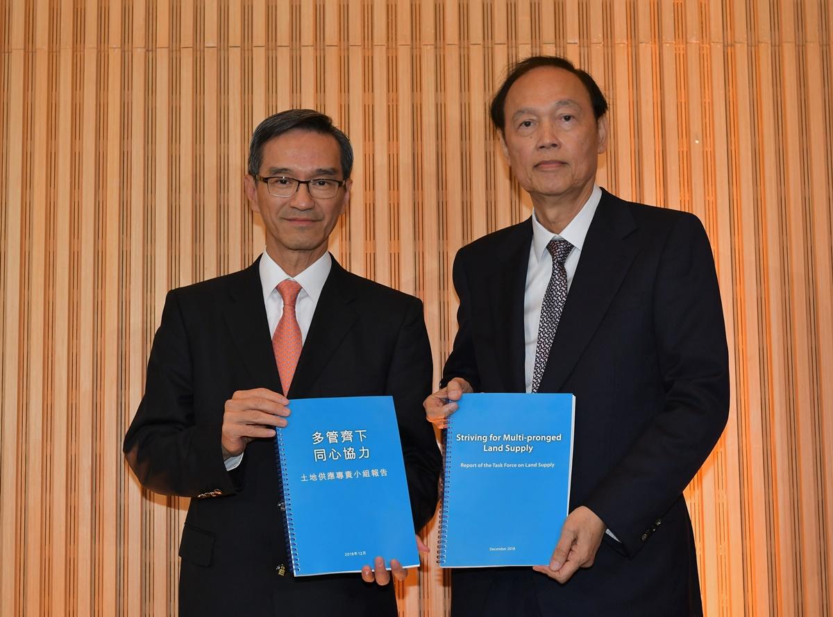 土地供應專責小組主席黃遠輝(左)和副主席黃澤恩12月31日公布題土地供應專責小組最終報告。(政府新聞處)