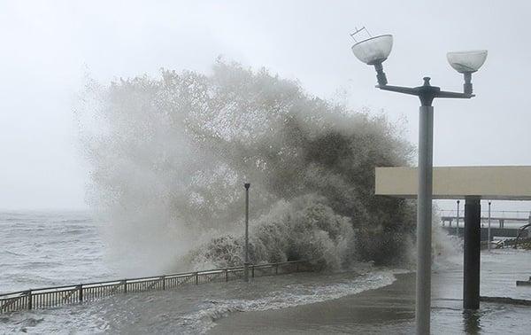 「山竹」襲港,杏花邨岸邊翻巨浪。(大紀元資料圖片)