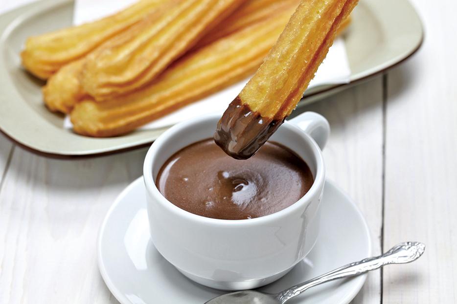 西班牙馬德里的經典甜食——油條配朱古力。