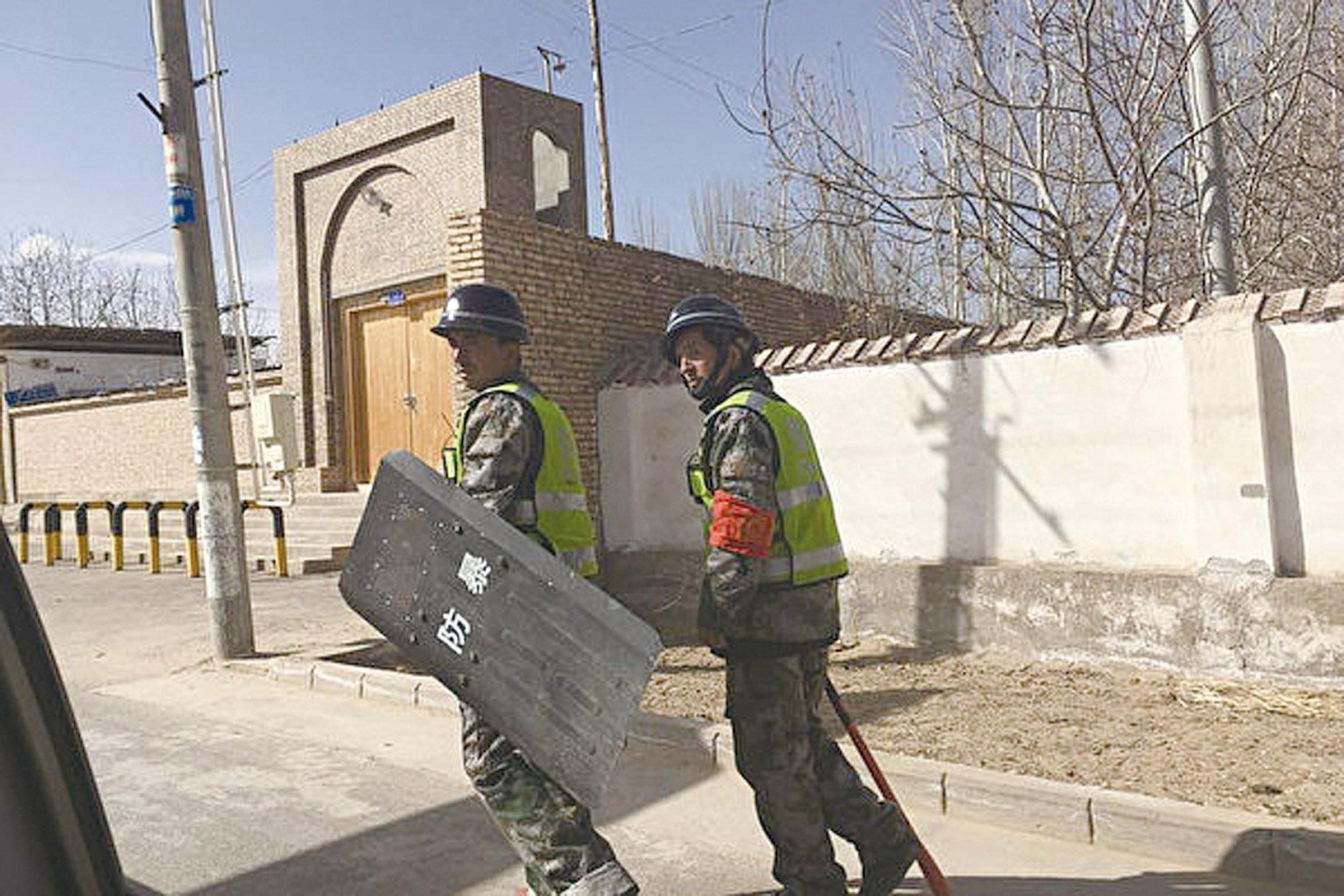 圖為2018年2月17日,新疆和田街上巡邏的警察。(BEN DOOLEY/AFP/Getty Images)