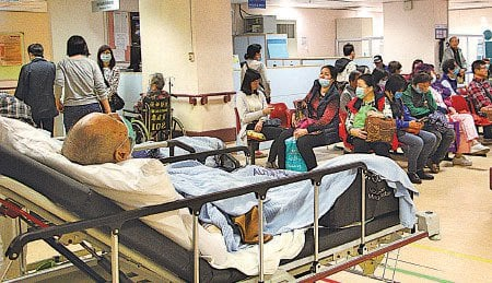元旦日近九成公立醫院病牀爆滿,聯合及伊院急症室須等逾8小時。(資料圖片)