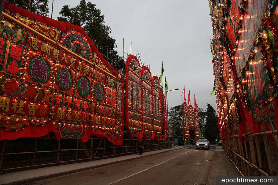 從元崗村牌坊起一直到八鄉路交界的一段錦上路上,沿路兩旁掛滿了大型花牌,行走在道路上的車輛,尤如穿越花牌隧道。(陳仲明/大紀元)