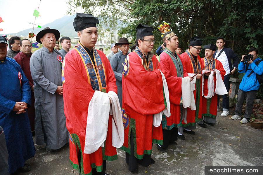 眾人在「行鄕」期間參拜神壇。(陳仲明/大紀元)