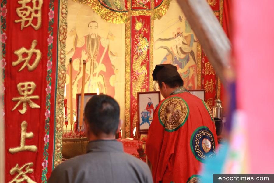 喃嘸率領十八緣首在神棚內進行儀式。(陳仲明/大紀元)