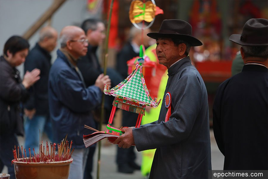 元崗村原居民代表梁浩深表示,頭名緣首負責拜神,以前還會兼顧打醮事務,現在則沒有這個規定。(陳仲明/大紀元)