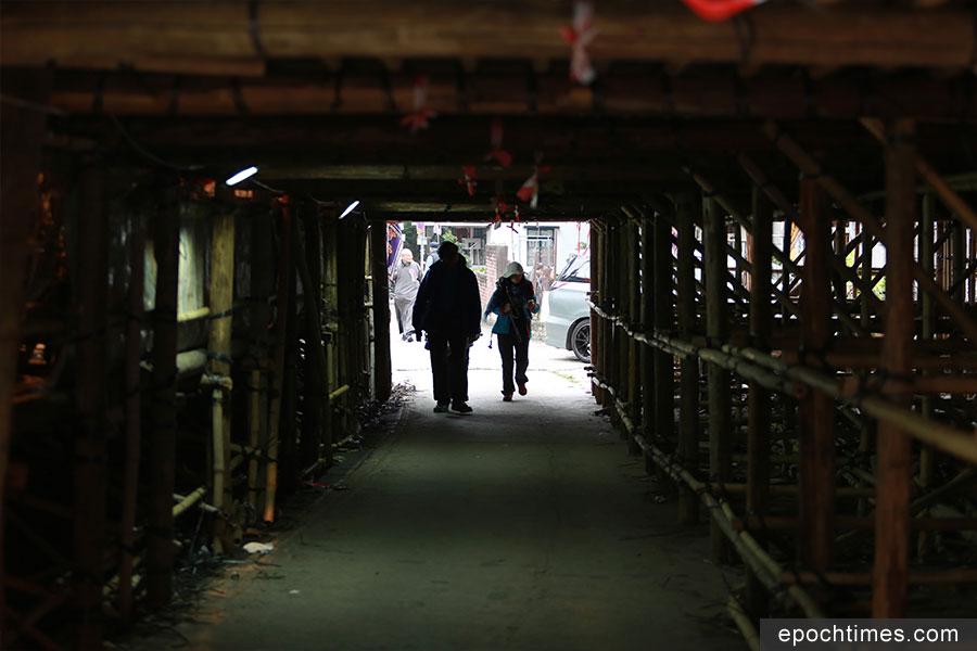 戲棚底下特別設有一條行人隧道,方便村民出入。(陳仲明/大紀元)