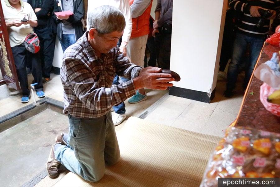 黃錦聯在「打緣首」的儀式中擲得九個聖杯,成為頭名緣首。(陳仲明/大紀元)