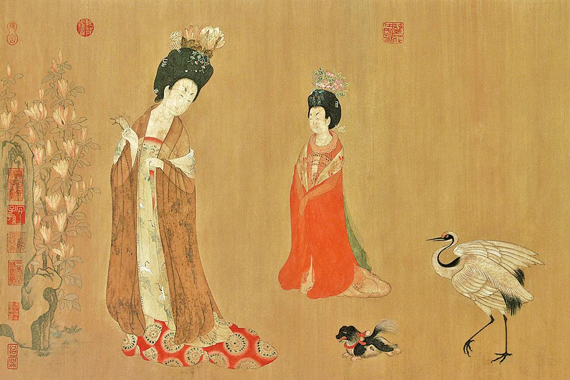唐朝美人梳著高而碩大的峨髻,最頂上簪著一大朵盛開的牡丹花是一種時尚。圖為周昉《簪花仕女圖》局部(公有領域)