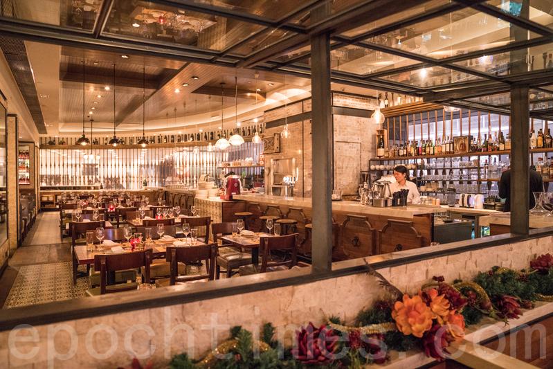 餐廳採用紐約式設計,高雅又有格調,裝潢、枱櫈以及餐具擺設都很有心思。