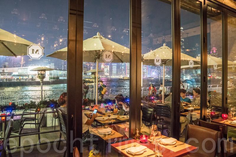 窗外能觀望碼頭及維港兩岸風景。