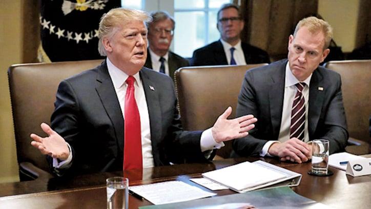 1月2日,特朗普(左)召開了2019年首次內閣會議,美國代理國防部長夏納漢(右)也出席。(Getty Images)