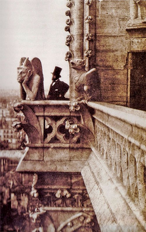 倡導對比美學,維克多.雨果在《鐘樓駝俠》中大量運用極致的對比手法,反襯出善與惡、美與醜。圖為1853年巴黎聖母院老照片。(維基百科)