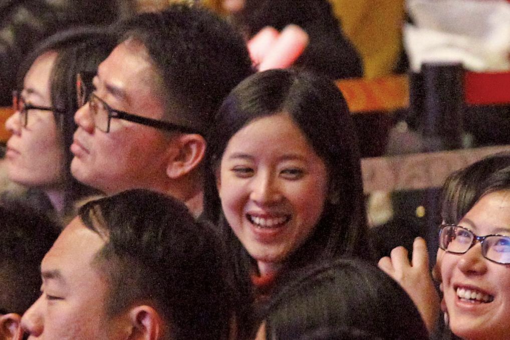 2014年12月21日,京東校園之星總決賽在北京進行,京東創辦人劉強東與妻子章澤天(面向鏡頭笑者)到場。(大紀元資料室)