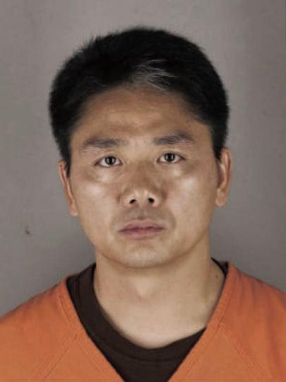 京東集團創始人劉強東在美涉性侵,一度被捕入獄。(美國亨內平縣警察局)