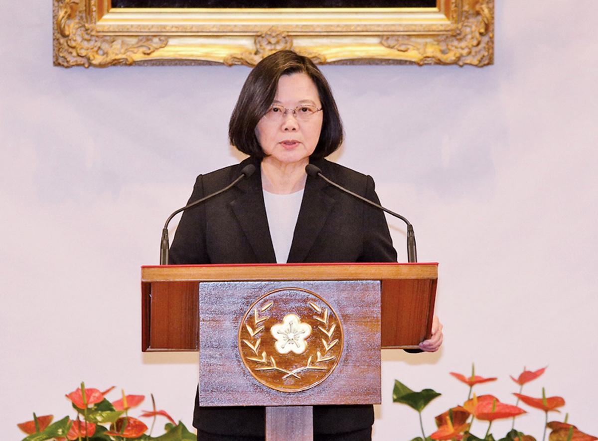 中華民國總統蔡英文1月2日下午召開記者會指出,身為中華民國總統,始終沒有接受「九二共識」原因就是北京當局定義的「九二共識」其實就是一個中國、一國兩制,台灣絕不會接受一國兩制。(中央社)