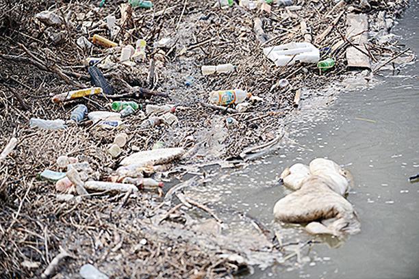 圖為汾河山西省太原市上蘭村段,水面漂滿垃圾。 ( 大紀元資料室)