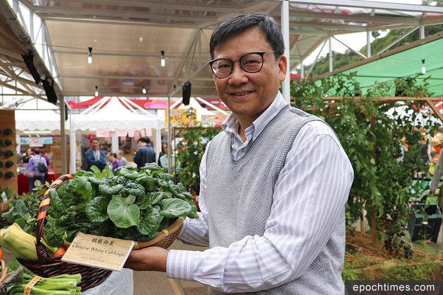 漁護署農業主任陳益民博士展示鶴藪白菜。(陳仲明/大紀元)