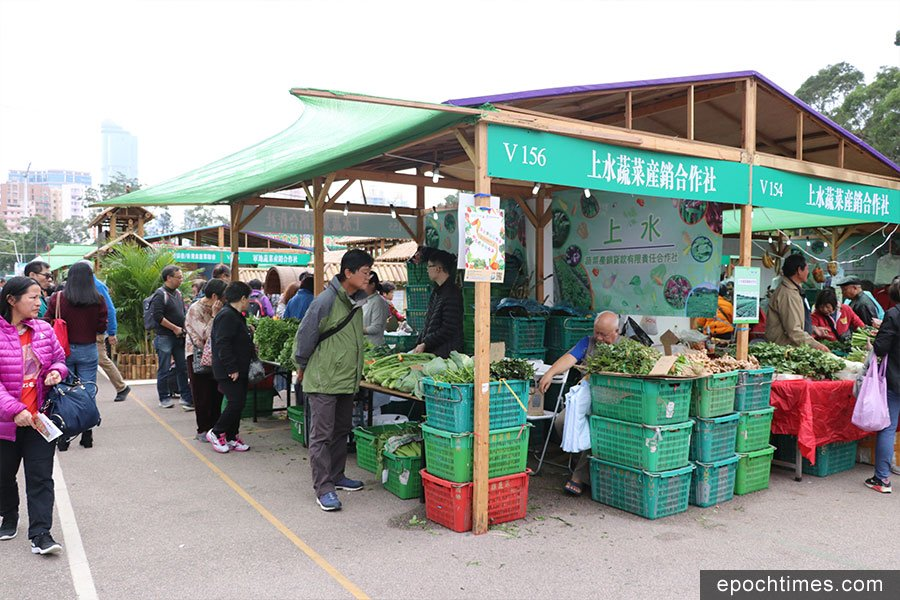 今年的本地漁農美食嘉年華踏入第13屆,共有逾390個攤位展銷本地農產品及相關產品。(陳仲明/大紀元)