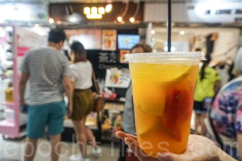 水果茶有很多鮮果,非常大杯,份量是一般手搖飲品的兩倍。