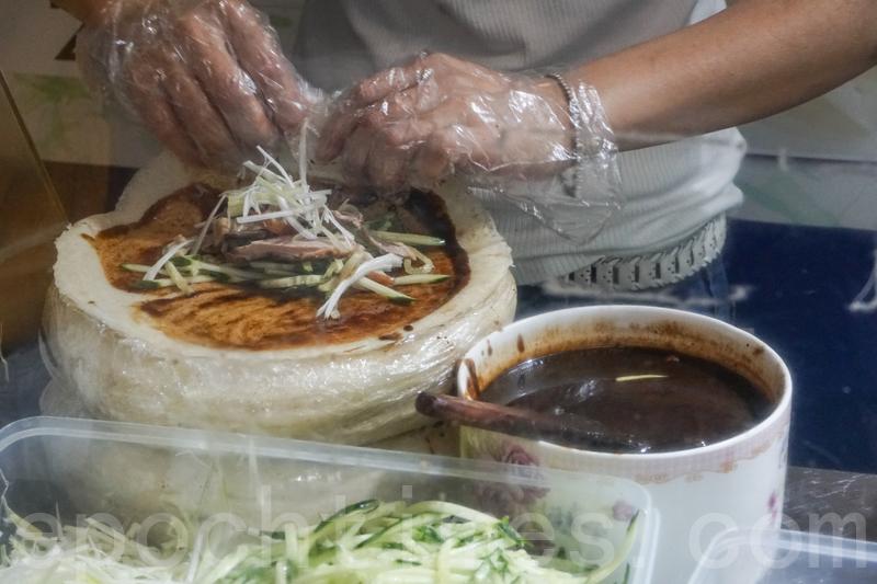 片皮鴨卷先在薄餅上塗上一層片皮鴨醬再包著很多青瓜和鴨肉。