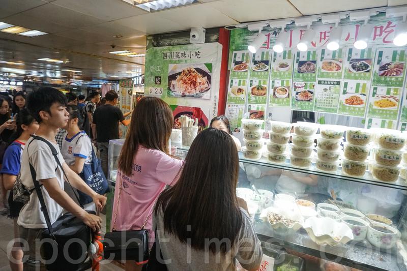 很多人排隊買片皮鴨卷和豆乾涼拌粉皮。