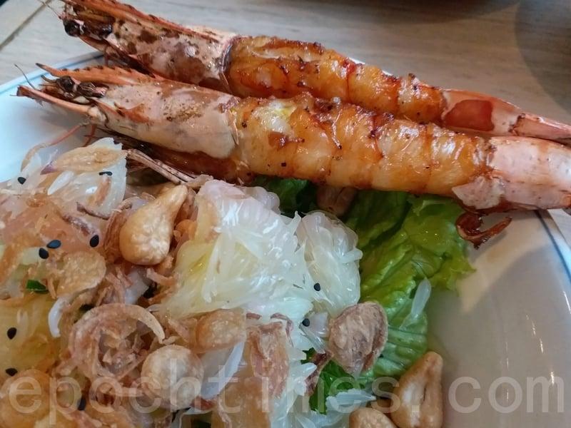 兩隻蝦燒得香噴噴色澤光亮很吸引。