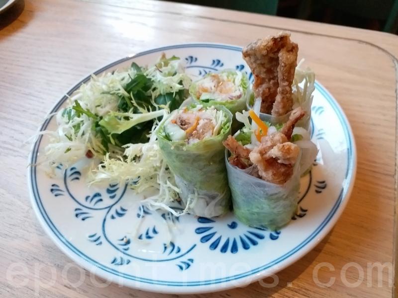 會安軟殼蟹卷的米紙很薄軟腍口感煙韌有米香。一口咬下蔬菜清新軟殼蟹外脆內軟味道很夾。