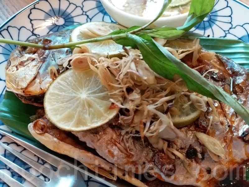 香茅燒魚的香茅味不突出但燒魚燒得香脆,魚肉入口嫩滑,吃之前人手唧上青檸汁會令燒魚味道更出。
