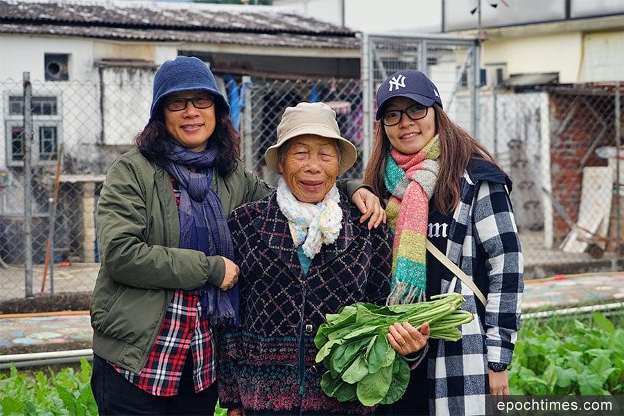 坪輋居民三代人,左至右分別為Janet、英姐、Samantha。(陳仲明/大紀元)