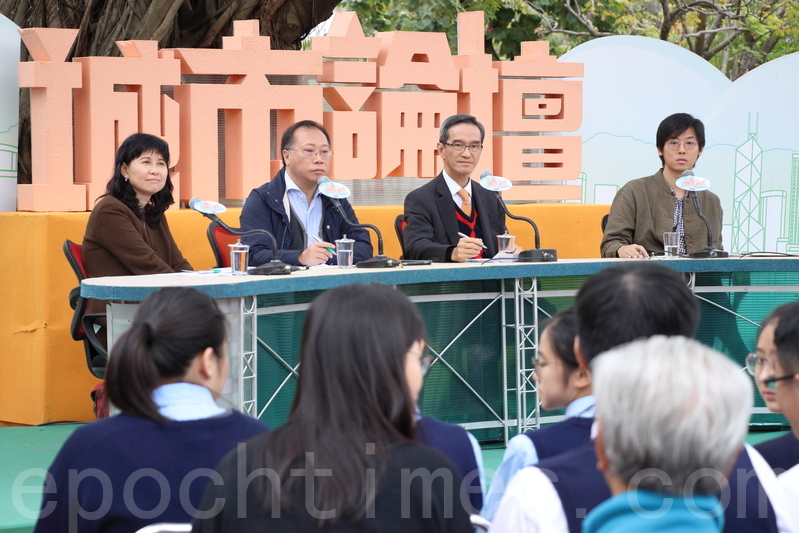 土供組主席黃遠輝(右二)希望政府在2月底前具體回應小組的報告。本土研究社成員陳劍青(右一)擔心報告建議用「公私合營」方式發展農地,會引起更大社會爭議。(蔡雯文/大紀元)