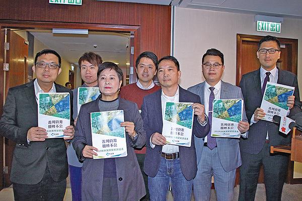 民主黨多名議員會見財政司司長陳茂波,提出多項紓困措施。(蔡雯文/大紀元)
