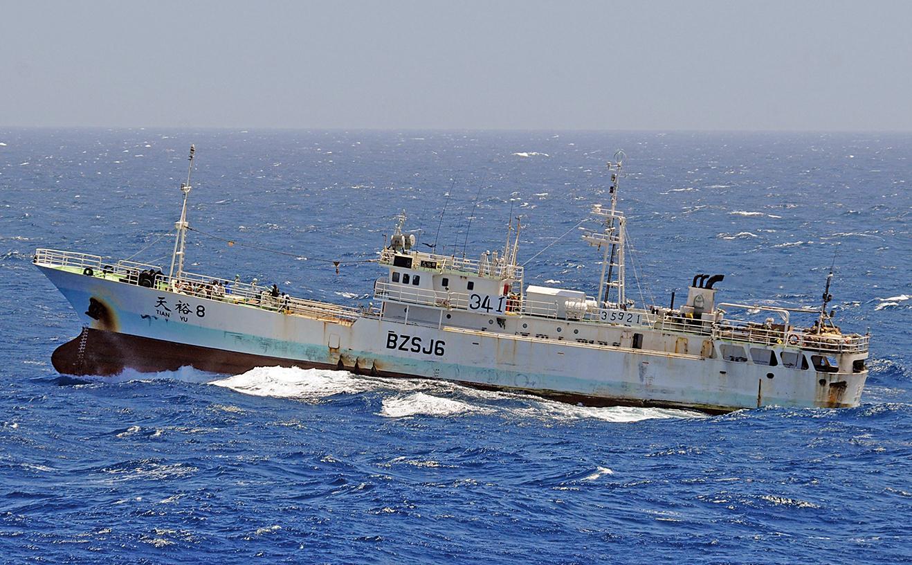 美軍網站Dialogo表示,大量中國漁船四處掠奪海洋資源,加速海洋生物的滅絕。圖為2008年11月17日,一艘航行於印度洋的中國漁船遭海盜劫持。(U.S. Navy via Getty Images)