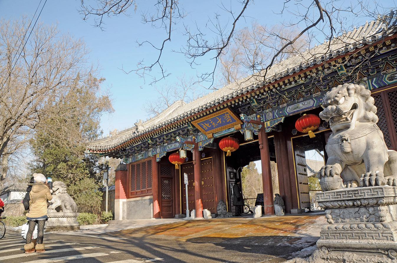 北大教授鄭也夫呼籲中共應退出歷史舞台,引發包括北大人在內的各界關注。圖為北京大學西門(大紀元資料室)