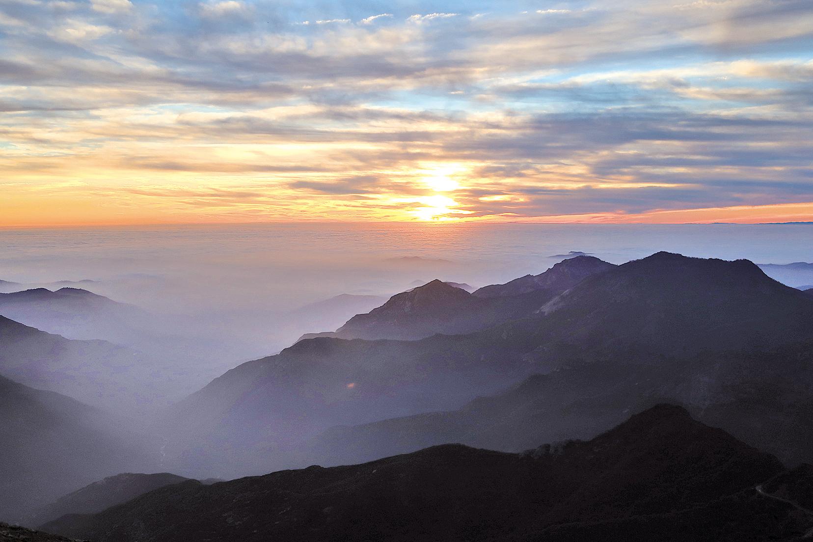 莫羅岩(Moro Rock)山頂的夕陽。