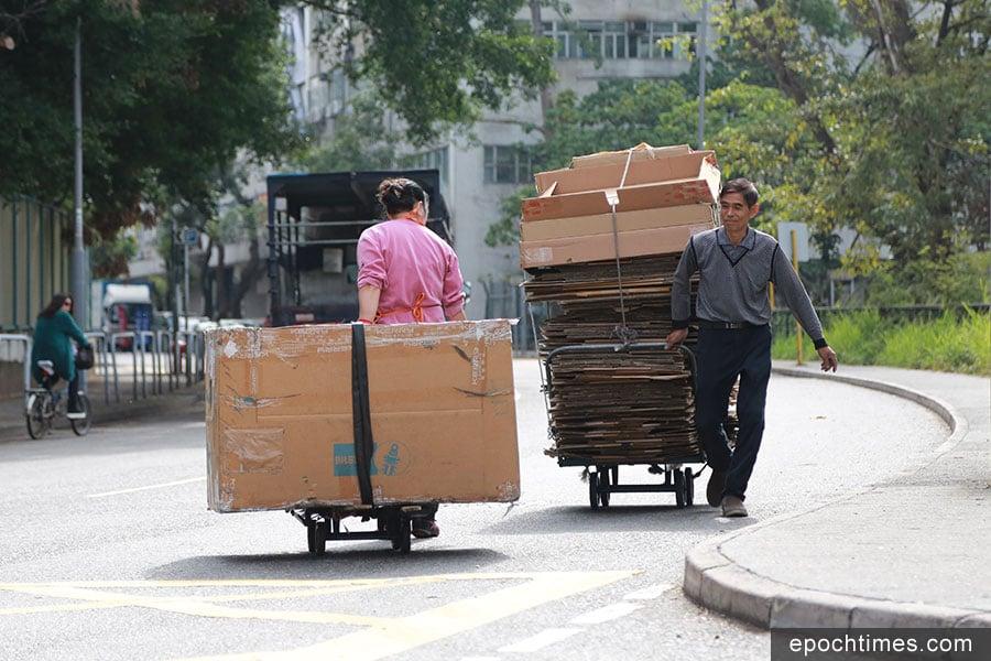 回收人員將紙皮陸續送往回收園。(陳仲明/大紀元)