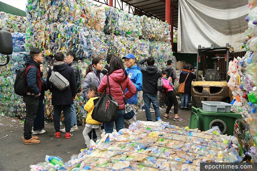 市民參觀劉財記回收園。(陳仲明/大紀元)