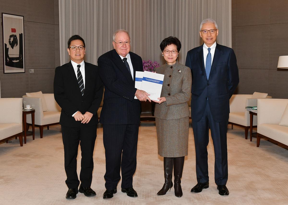 香港專營巴士服務獨立檢討委員會去年底向行政長官林鄭月娥提交報告。(政府新聞處)