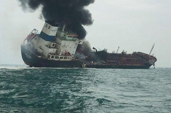 昨日,一艘運油輪在南丫島海岸附近爆炸後起火,至少有一人死亡,另外兩人失蹤。(香港警察Facebook圖片)